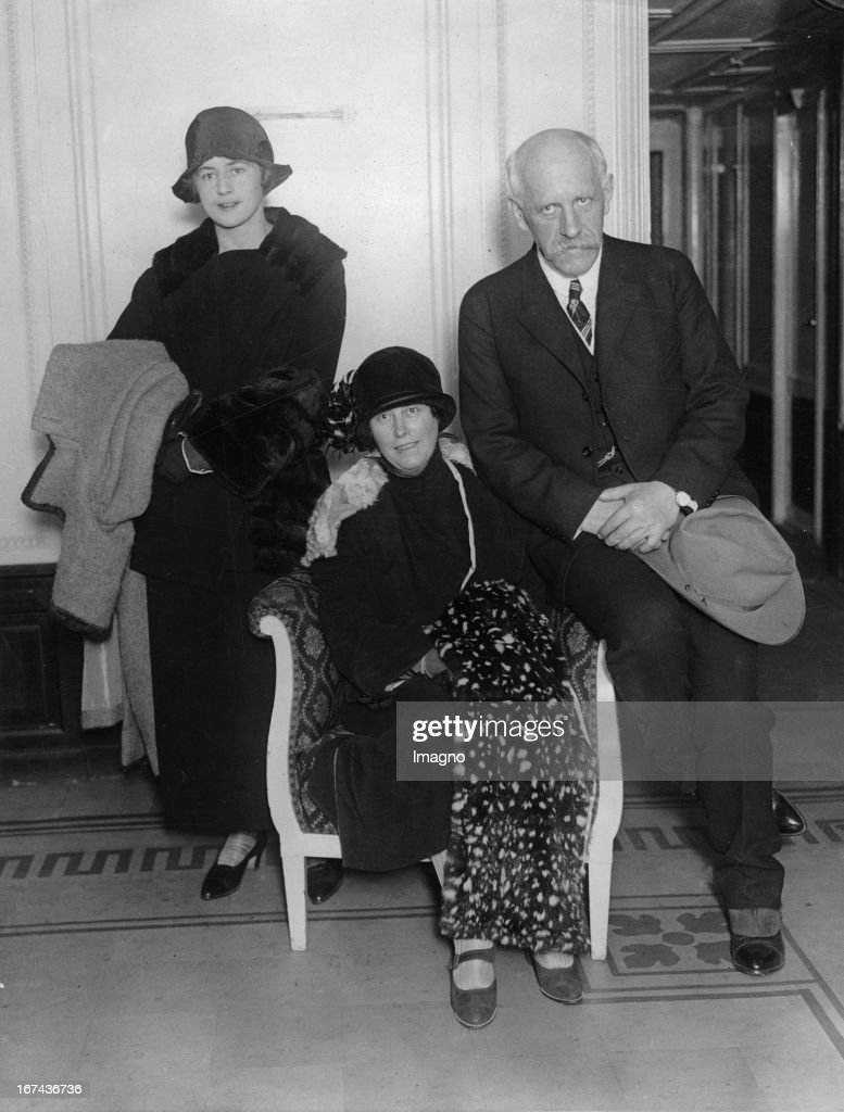 Norwegian zoologist / polar explorer / diplomat and Nobel Peace Prize winner (1922) Fridtjof Wedel-Jarlsberg Nansen with his wife and daughter in New York. About 1925. Photograph. (Photo by Imagno/Getty Images) Der norwegische Zoologe/Polarforscher/Diplomat und Friedensnobelpreisträger (1922) Fridtjof Wedel-Jarlsberg Nansen mit seiner Frau und seiner Tochter in New York. Um 1925. Photographie.