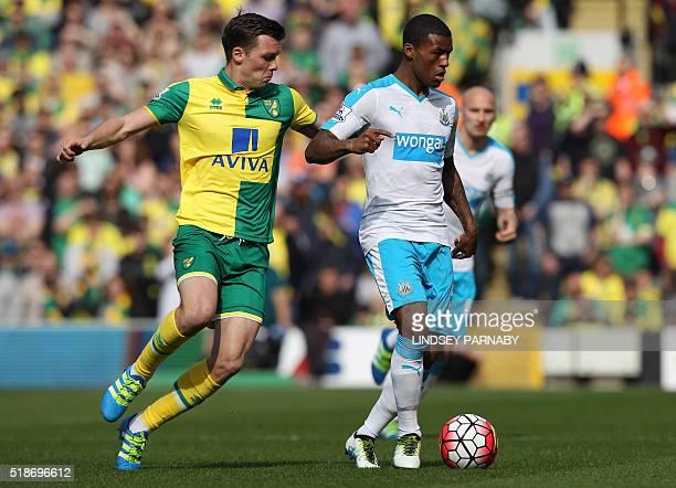Norwich Citys English midfielder Jonny Howson vies with Newcastle United's Dutch midfielder Georginio Wijnaldum during the English Premier League...