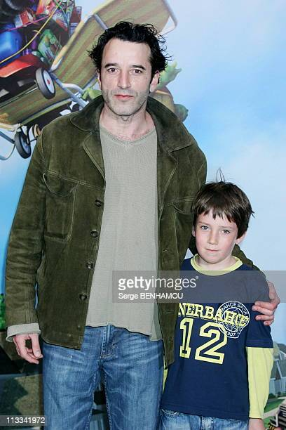 'Nos Voisins Les Hommes' Premiere In Paris With Bruce Willis On June 25Th 2006 In Paris France Here Bruno Todeschini And His Son Romain