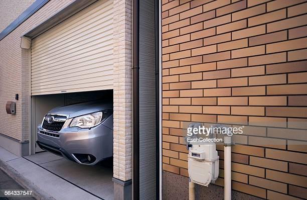 nose of large car sticking out of garage - surdimensionné photos et images de collection