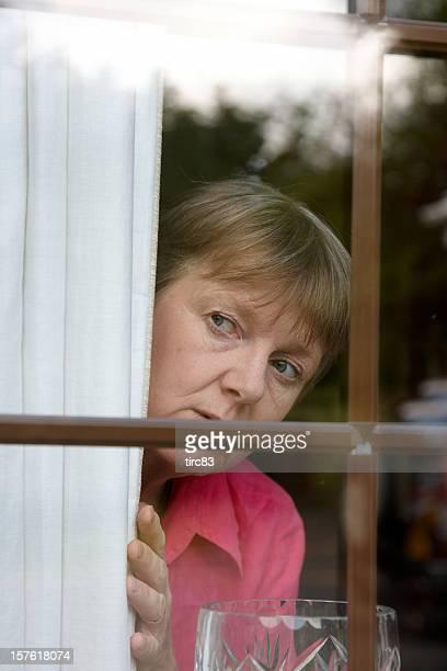 nosey vecino en la ventana - entrometido fotografías e imágenes de stock