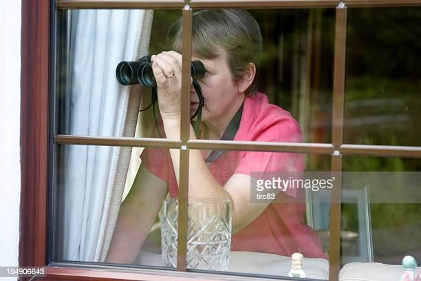 Neugierig Nachbarn am Fenster mit Fernglas