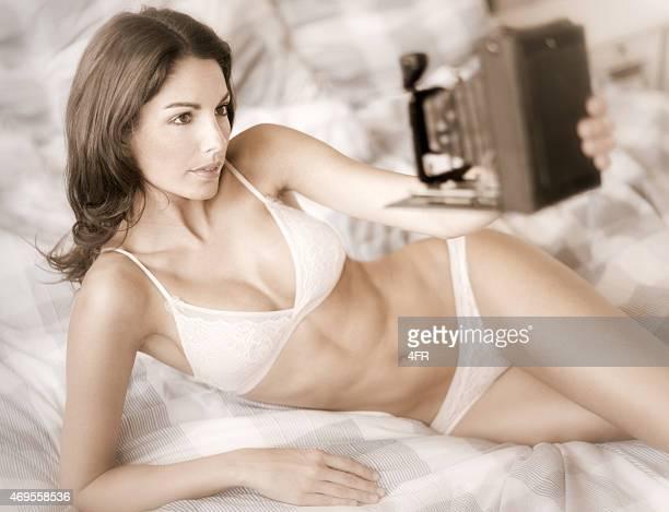 nostalgic selfie, bela mulher tomando um auto-retrato em-size - calcinha transparente - fotografias e filmes do acervo