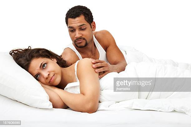 ce n'est pas ce soir, bonjour, j'ai un mal de tête - couple au lit photos et images de collection