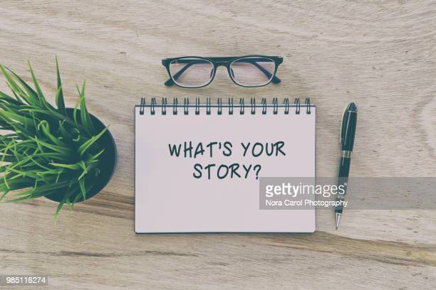 note pad with word what's your story? - contar histórias imagens e fotografias de stock