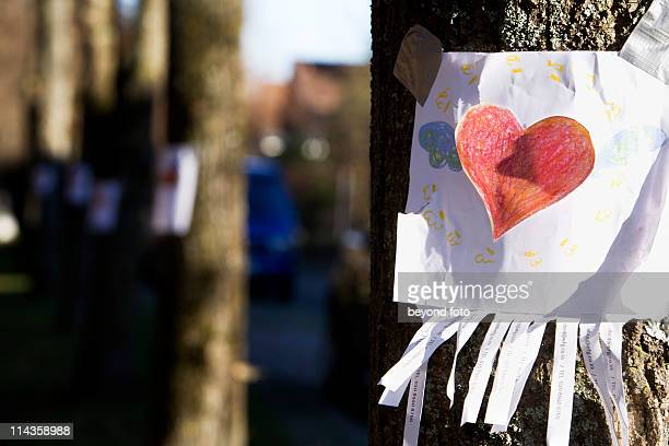 note with red heart sticking on tree - dessin erotique photos et images de collection