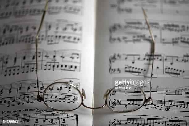 Notenblatt mit Brille