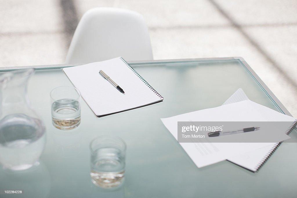Notizblöcke und Stifte auf Konferenztisch : Stock-Foto