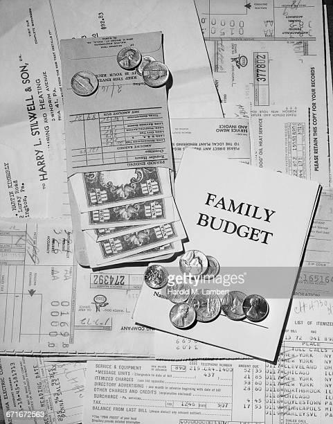 notes and coins family budget - {{ contactusnotification.cta }} stockfoto's en -beelden