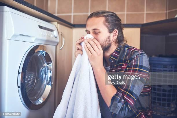 nichts übertrifft den geruch frischer wäsche - weichspüler stock-fotos und bilder