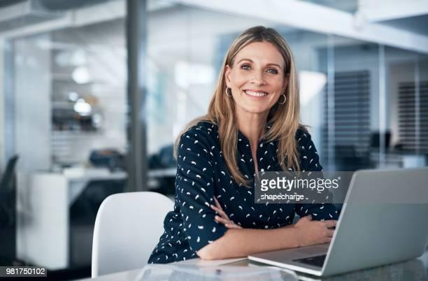 niets voelt zo goed als een productieve werkdag doet - zakenvrouw stockfoto's en -beelden