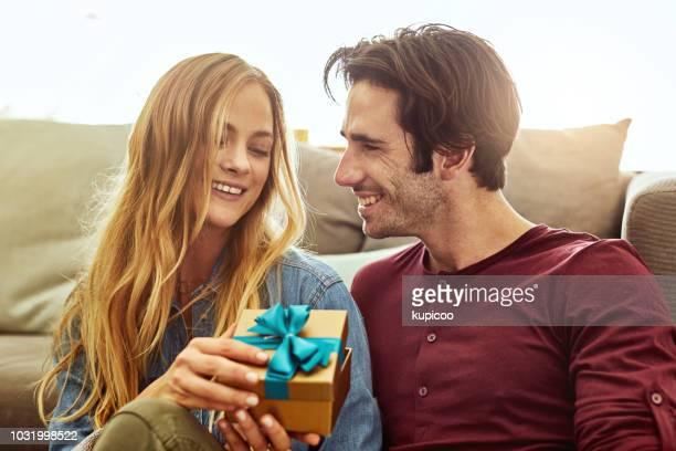 niets inspireert geluk als cadeau geven - vriendje stockfoto's en -beelden