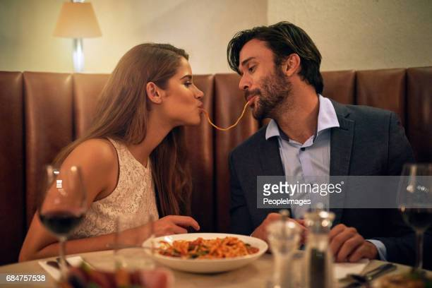 nada inspira romance como comida italiana - man eating woman out - fotografias e filmes do acervo