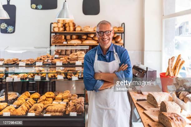 nada convida os clientes para sua loja como um sorriso acolhedor - pequeno - fotografias e filmes do acervo