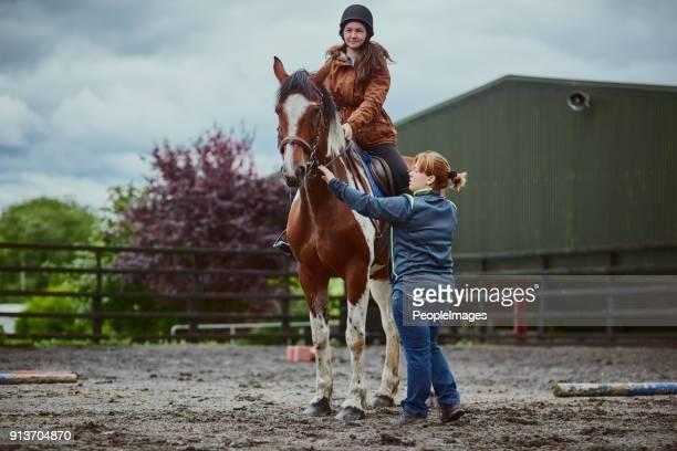 niets zegt kinderdroom zoals leren rijden op een pony - paardrijden stockfoto's en -beelden