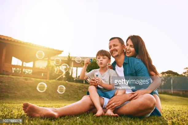 nada diz a diversão em família como bolhas de sopro - família - fotografias e filmes do acervo