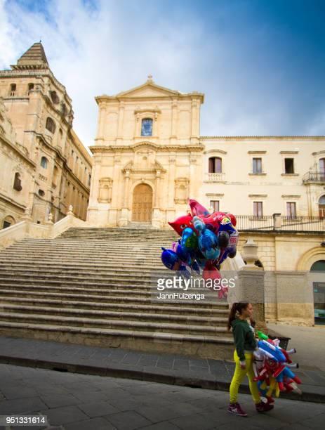Noto, Sizilien: Ballon-Verkäufer in der Kirche San Francesco