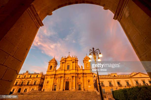 noto sicily italy. the cathedral at sunset - marco brivio stock pictures, royalty-free photos & images