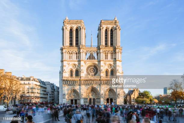 notre dame cathedral with tourists, paris, france - パリ ノートルダム大聖堂 ストックフォトと画像