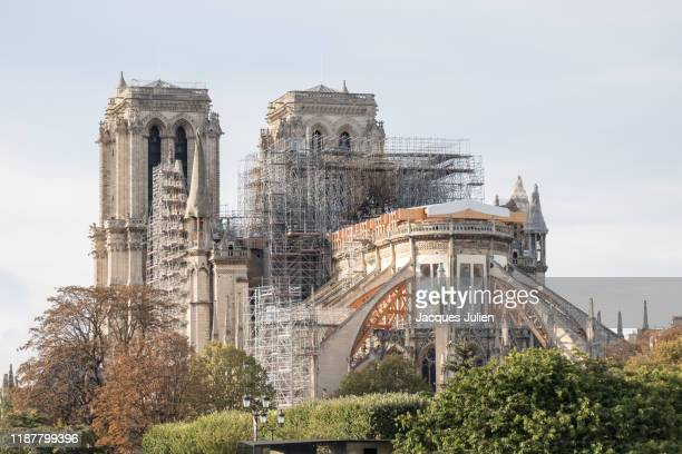 notre dame cathedral with visible structure after the fire, paris, france - notre dame de paris photos et images de collection