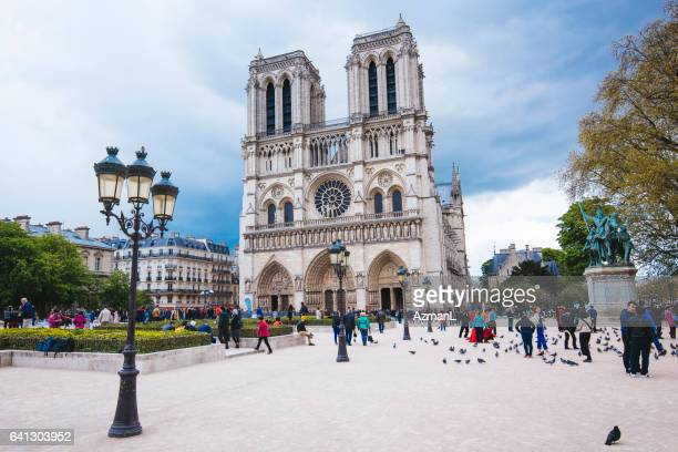notre dame church in paris - notre dame de paris stock pictures, royalty-free photos & images