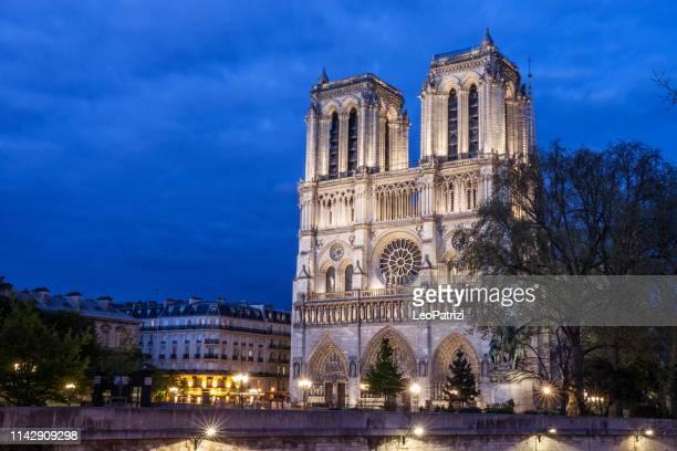 cathédrale notre dame de paris la nuit - haut lieu touristique international photos et images de collection
