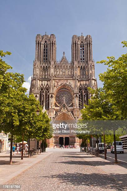 notre dame de reims cathedral. - reims cathedral stock pictures, royalty-free photos & images