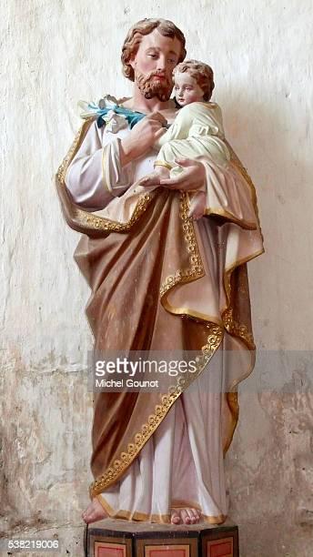 notre dame du mont harou church. statue of saint joseph carrying the child jesus - san giuseppe foto e immagini stock