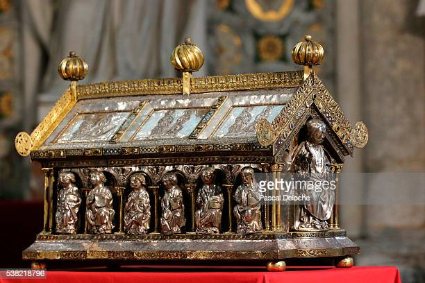 notre-dame d'amiens cathedral. saint firmin box reliquary. - kathedraal stockfoto's en -beelden