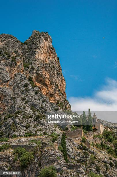 notre-dame de beauvoir church amidst cliffs near moustiers-sainte-marie, in the french provence. - アルプドオートプロバンス県 ストックフォトと画像