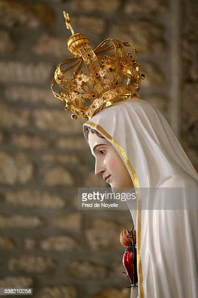 notre-dame de fatima church. our lady of fatima statue. - madonna di fatima foto e immagini stock