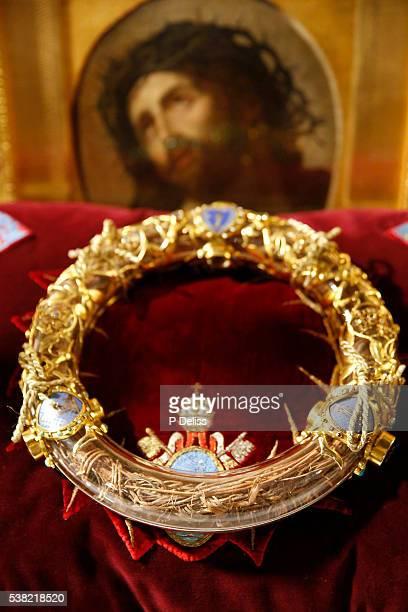 notre-dame de paris cathedral. the holy crown of thorns worn by jesus christ during the passion. - coroa de espinhos imagens e fotografias de stock