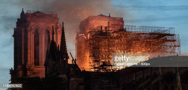 notre-dame fire - パリ ノートルダム大聖堂 ストックフォトと画像