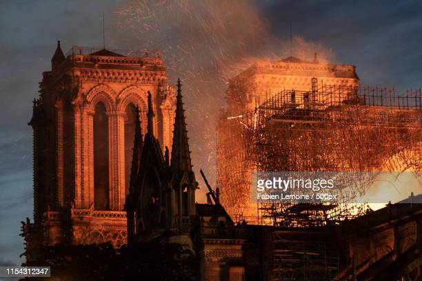 notre-dame fire - notre dame de paris photos et images de collection