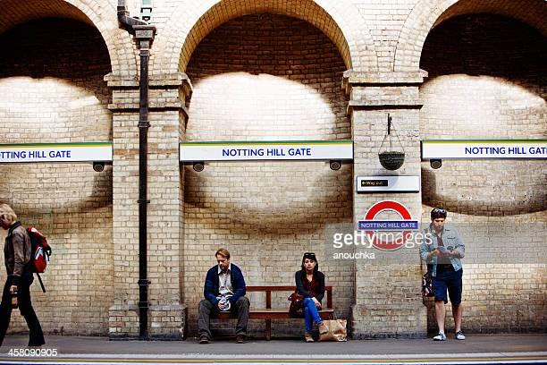notting hill gate estación de metro, londres - vertical red tube fotografías e imágenes de stock