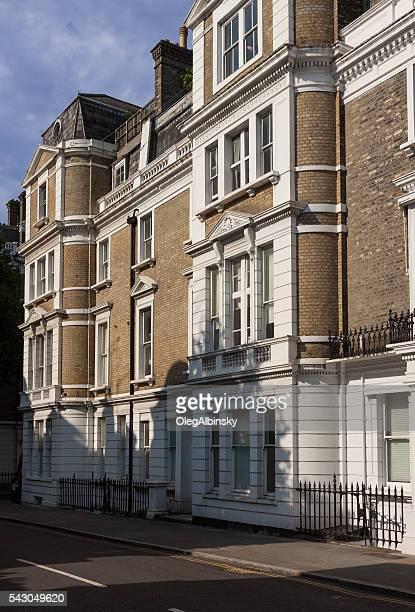 Notting Hill Street avec maisons alignées, Londres, Angleterre.