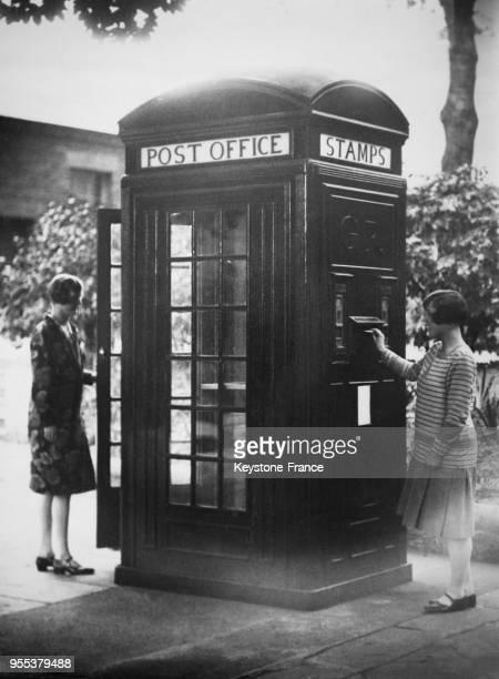 Nouveau kiosquebureau de poste avec un distributeur automatique de timbres et de cartes postales et utilisé également comme boite aux lettres ou...