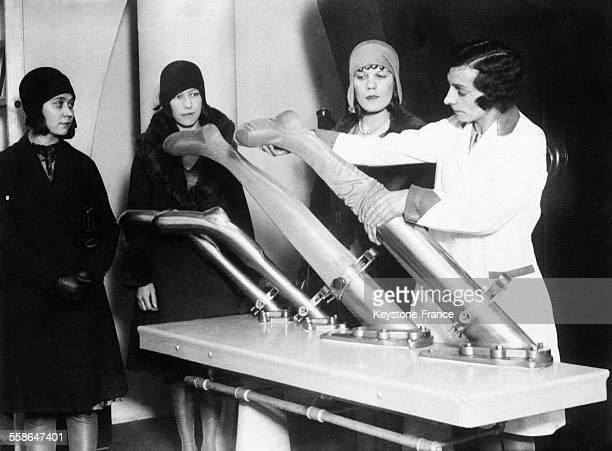 Nouvelle machine mise en service dans une blanchisserie moderne permet de laver les bas de soie sans les abîmer à Londres RoyaumeUni le 26 mars 1930