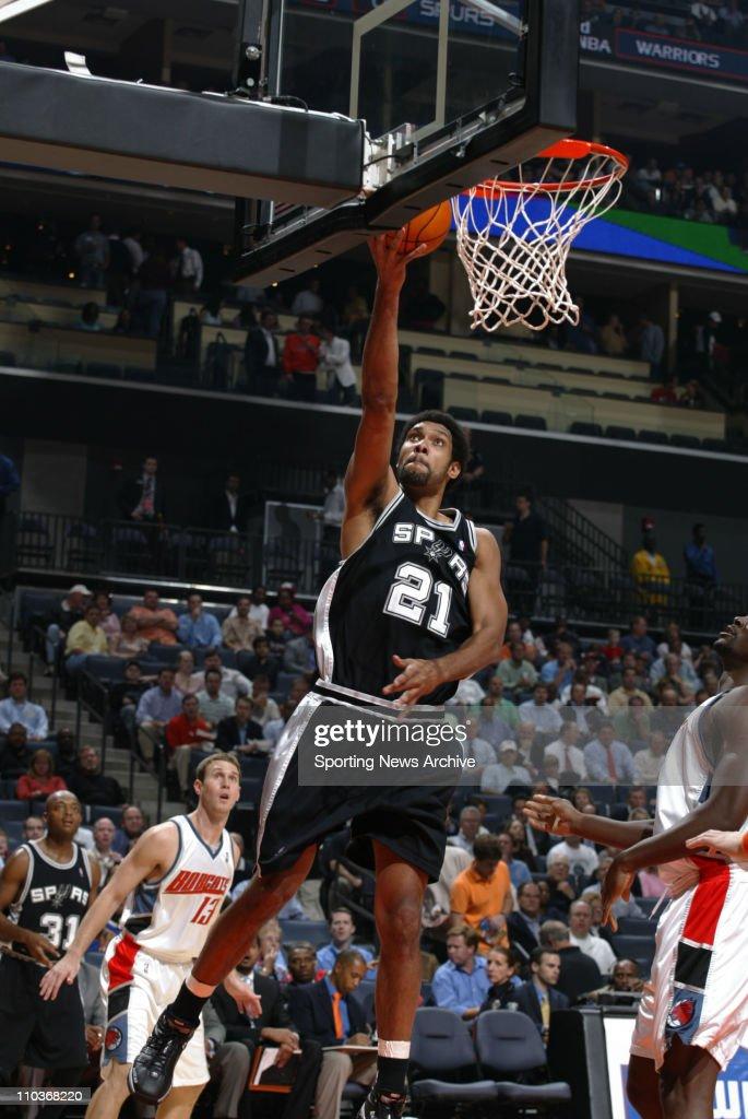 NBA 2005: San Antonio at Charlotte : ニュース写真