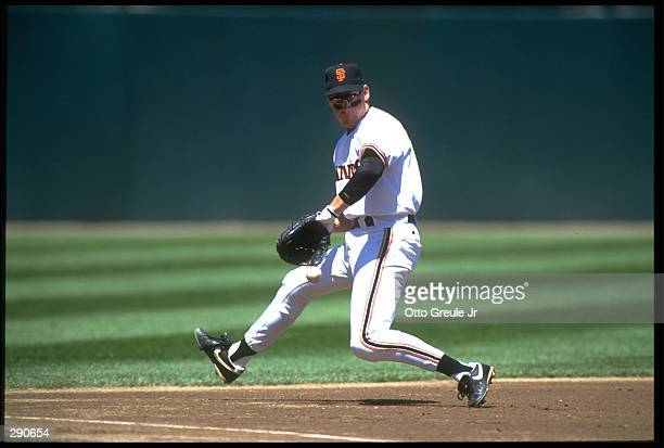 SAN FRANCISCO GIANTS THIRD BASEMAN MATT WILLIAMS FIELDS GROUND BALL IN GAME AGAINST THE LOS ANGELES DODGERS AT CANDLESTICK PARK IN SAN FRANCISCO,...