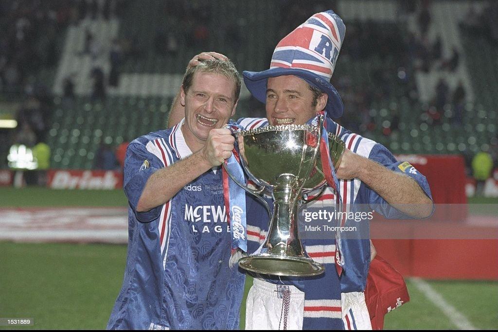 Paul Gascoigne (left) and teammate Ally McCoist : News Photo