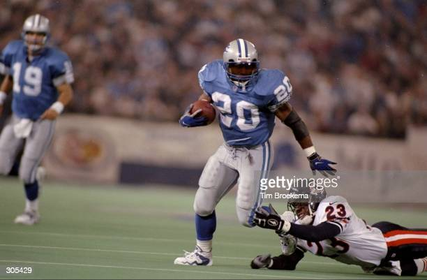 Running back Barry Sanders of the Detroit Lions carries the football during the Lions 5520 win over the Chicago Bears at the Pontiac Silverdome in...