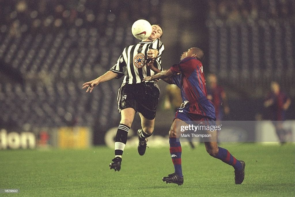 Steve Watson of Newcastle United and Sonny Anderson of Barcelona : News Photo