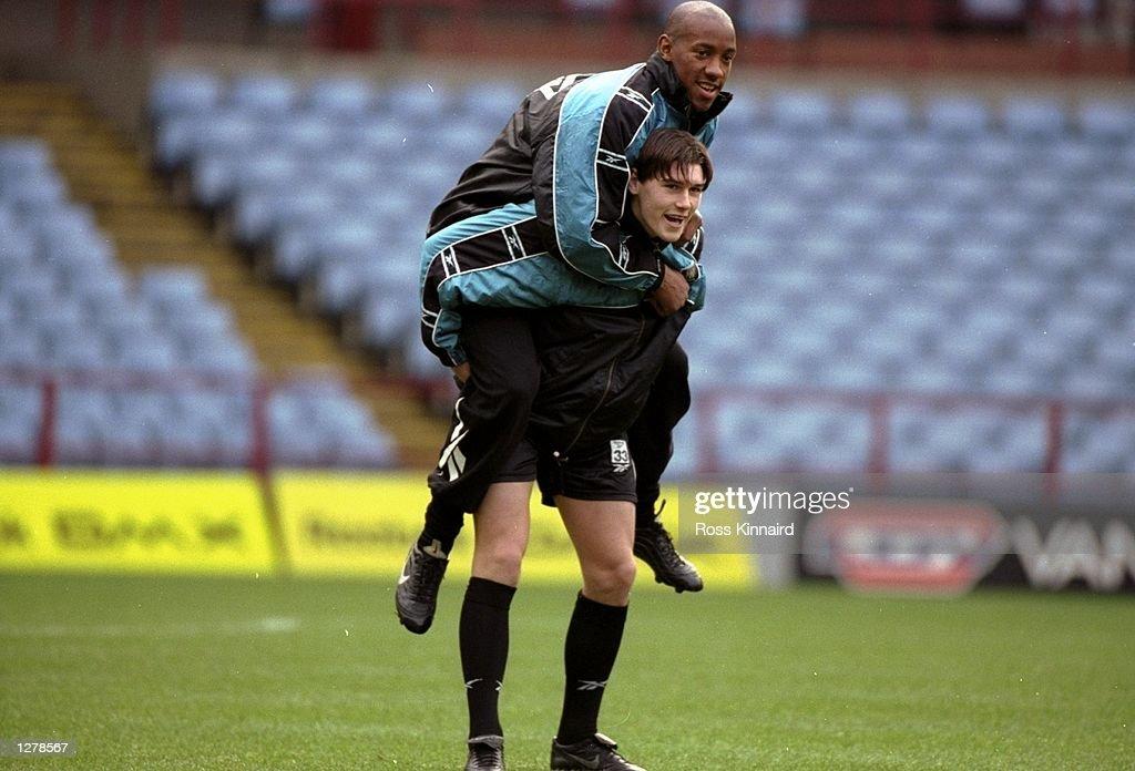 Dion Dublin and team mate Gareth Barry of Aston Villa : News Photo