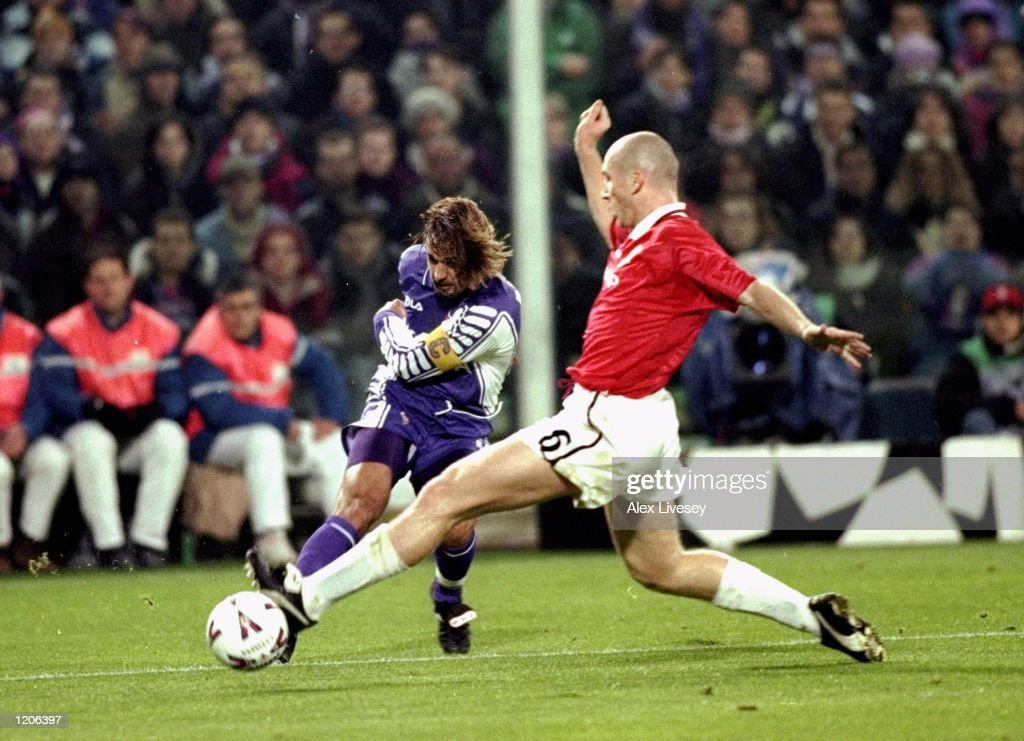 Gabriel Batistuta and Jaap Stam : News Photo