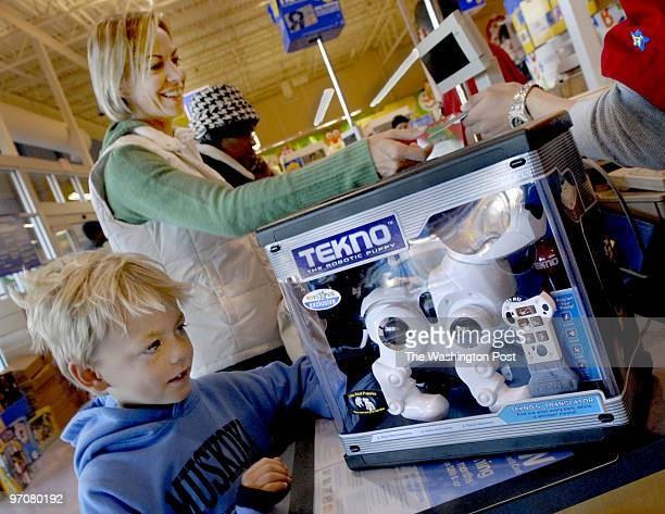 """Fi-friday1 assignmet no: 196111 Photographer: Gerald Martineau """"Toys R Us"""" Kingstown Shopping Center, Alex. VA shoppers day after Thanksgiving Sandy..."""