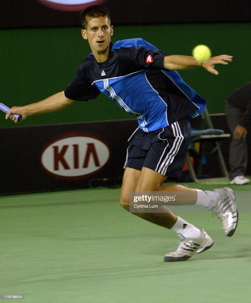 2005 Australian Open - Men's Singles - First Round - Novak Djokovic vs Marat Safin : ニュース写真