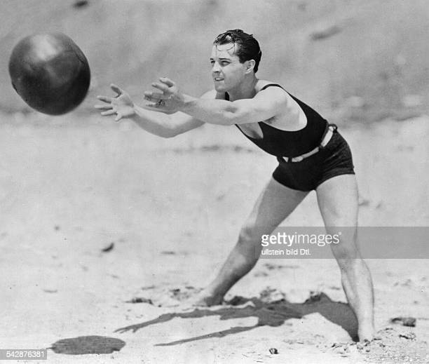 Novarro Ramon Actor Mexico *06021899 catching a ball on a beach published 'Dame' 23/1928 Vintage property of ullstein bild