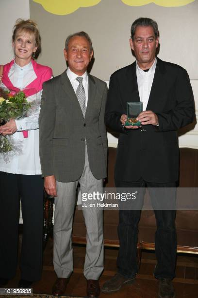 US novelist Paul Auster and his wife US writer Siri Hustvedt pose during an award ceremony after he received the 'Grand Vermeil' medal from the mayor...