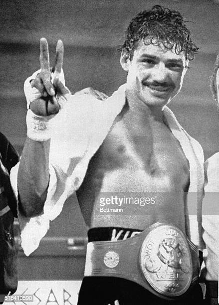 November 10 1978Las Vegas Nevada Alexis Arguello holds up a victory sign after he retained his World Boxing Conference Junior Lightweight...